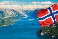 fiordo-norvegia-con-la-bandiera-43909253