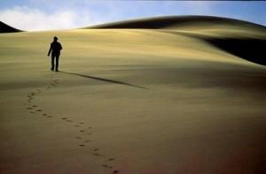 Uomo_che_cammina_solo_nel_deserto